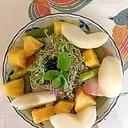 リーフレタス、梨、パインのサラダ