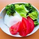 キャベツとブロッコリーとトマトと目玉焼きのサラダ