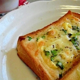 ピリ辛♪カイワレと粗挽きコショウのチーズトースト♪