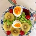キウイ、ゆで卵、ミニトマト、枝豆のサラダ