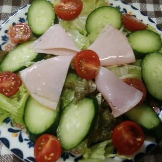 ハムとミニトマトときゅうりとレタスのサラダ
