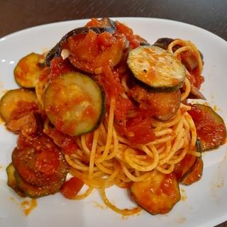 簡単!ナスとズッキーニのトマトパスタ