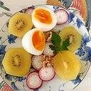 ゆで卵、キウイ、ラディッシュのサラダ