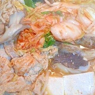 肉も魚もキムチも入れた鍋