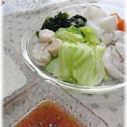 野菜やササミ、ホタテなど蒸してから、2種類のタレと冷たく冷やしていただきました。トマトポン酢ダレと豆乳ごまダレ、サッパリとしてとっても美味しかったです^^*