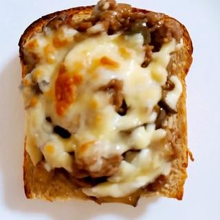 なすとミンチの甘辛チーズトースト