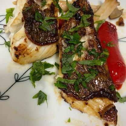 釣ってこられた鯛を一匹頂き、おしゃれに食べたいなと思い、こちらのレシピに出会いました! 一手間で、美味しくいただきました^ ^