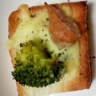 ブロッコリー!とウインナーのチーズトースト