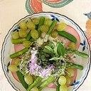 リーフレタス、ロースハム、葡萄のサラダ