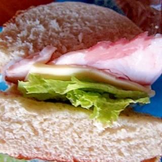 ドイツパン(ブレッツェル)ハムレタスチーズサンド