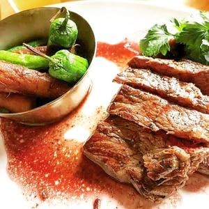 牛モモ肉のポワレ、赤ワインソース