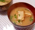 厚揚げと玉ねぎの味噌汁