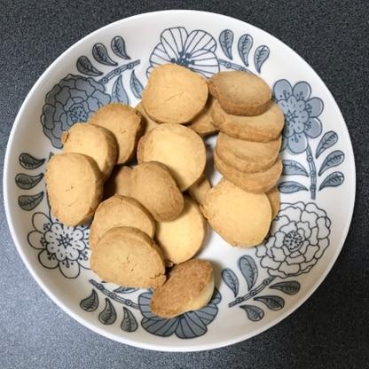 バターがなかったためマーガリン量控えめで作りました。とてもおいしかったです!硬めのクッキーが好きなので、170度20分で焼きました◎