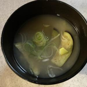 簡単/胡麻油香る♪炒め揚げでとろ~りナスのお味噌汁