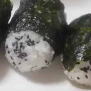 魚肉ソーセージ入り♫ごま塩おにぎり