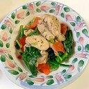 味付き鶏肉とほうれん草とにんじんの炒め物