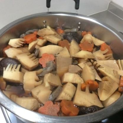 煮てる途中。美味しい味付けです。次回は薄口醤油と半々で作ってみます。筍を加えました。下茹でが一手間ですが美味しくなるのを信じて頑張りました。