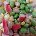 スプーンで食べる豆たっぷりサラダ
