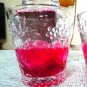 色鮮やかな「赤しそジュース」