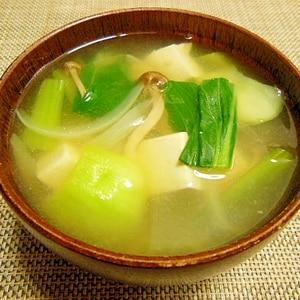 チンゲン菜としめじと豆腐のお味噌汁♪