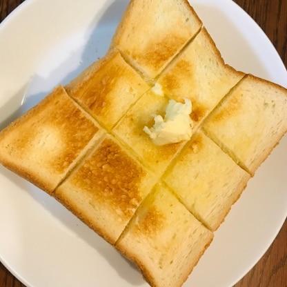 エシレバターを頂いたのでシンプルにバタートーストに。中まで染み込んで美味しい!