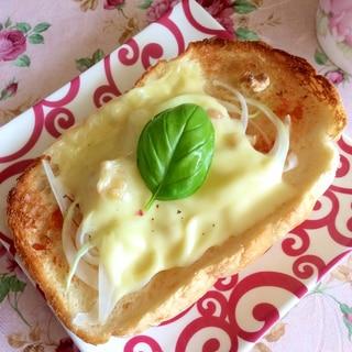 新玉ねぎと胡桃のチーズトースト