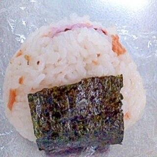 鮭フレークと梅干しのおにぎり