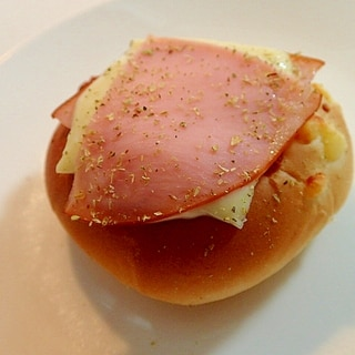 ハムとチーズのオレガノ香るカレーパン