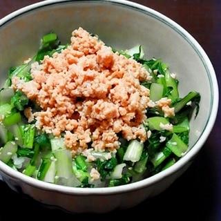 小松菜と鶏そぼろの二色丼。