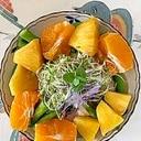 ルッコラ、ロースハム、オレンジ、パインのサラダ
