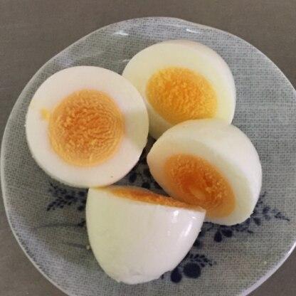 ゆで卵を作るときは毎回このレシピを参考にしています。今日は硬めのゆで卵が作りたかったので沸騰5分、放置7分でやってみました(*^o^*)
