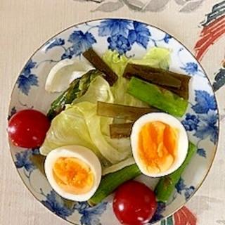 レタス、アスパラ、ゆで卵、茎わかめのサラダ