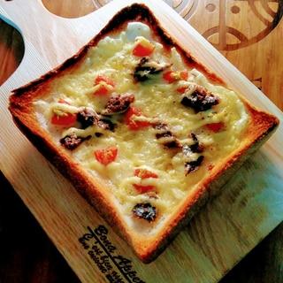 オイルサーディンとミニトマトのトースト