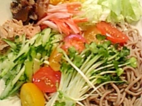 一皿でボリューム満点!ぶっかけサラダそば♪