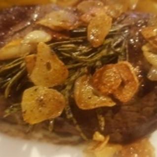 ローズマリー風味のステーキ
