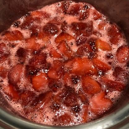 はじめましてジャムを作りました。 いちごの甘い香りがして、幸せな気分になりました。 レモンがなくて、入れてないので少し心配です。 ヨーグルトと楽しみます♬