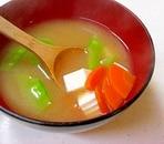 絹さや、人参、豆腐のみそ汁