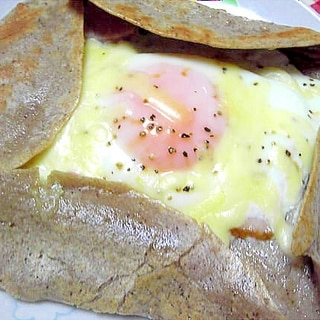 ベーコンと卵とチーズで蕎麦粉のガレット