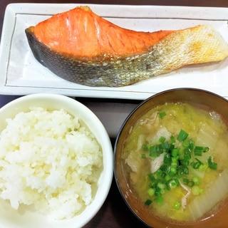 和食の朝食☆銀鮭と白菜の豚汁とご飯