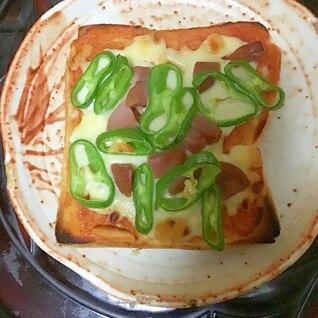 甘長とうがらしとボロニアソーセージのピザトースト。