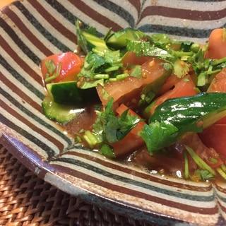 きゅうりとトマトとパクチーのピリ辛和え