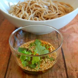 ラー油でピリ辛パクチーつけ蕎麦