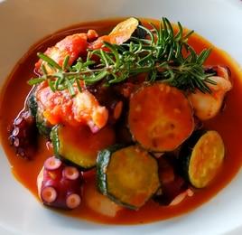 タコと海老とズッキーニのトマト煮込み