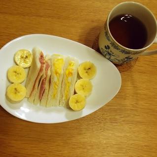玉子サンドとハムサンドとバナナと紅茶のランチ