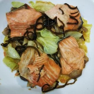 レンジで簡単☆鮭とキャベツの塩昆布バター蒸し