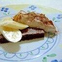 チョコレートケーキのクリーム添え