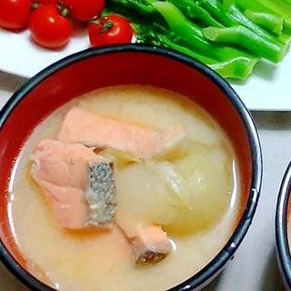 圧力鍋で、骨付き鮭と玉ねぎの粕汁