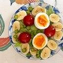 レタス 、ゆで卵、バナナ、ミニトマトのサラダ