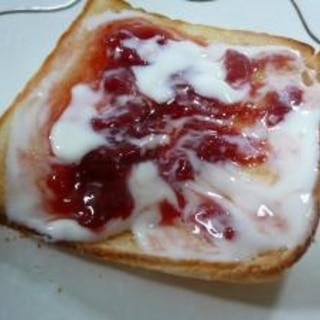 ヨーグルトいちごジャムトースト