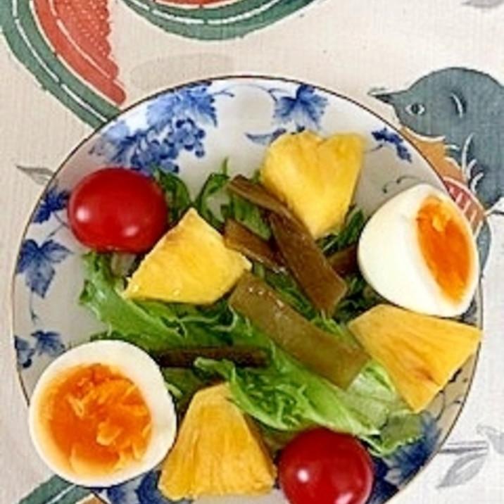 リーフレタス 、ゆで卵、パインのサラダ
